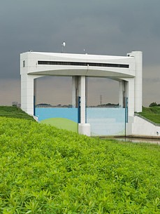 Japanese floodgate photo by Sato Jun'ichi --