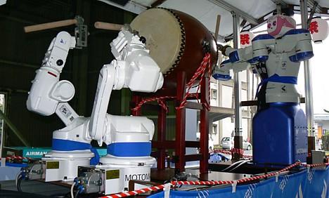 Yaskawa MOTOMAN robots play taiko drums --